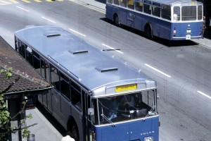 03.06.1972 - Sujet rare, croisement de deux autobus sur la ligne Vignettaz - Schönberg (Photo P. Sutter, coll. TCB, DR)