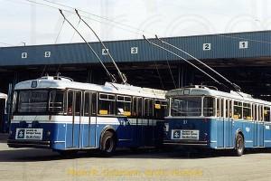 Mars 1986 - Trolleybus 36 et 37: tous deux ont subi une grande révision mais le second n'avait pas bénéficié de la nouvelle livrée à cette occasion.  (photo R. Gäumann, droits réservés)